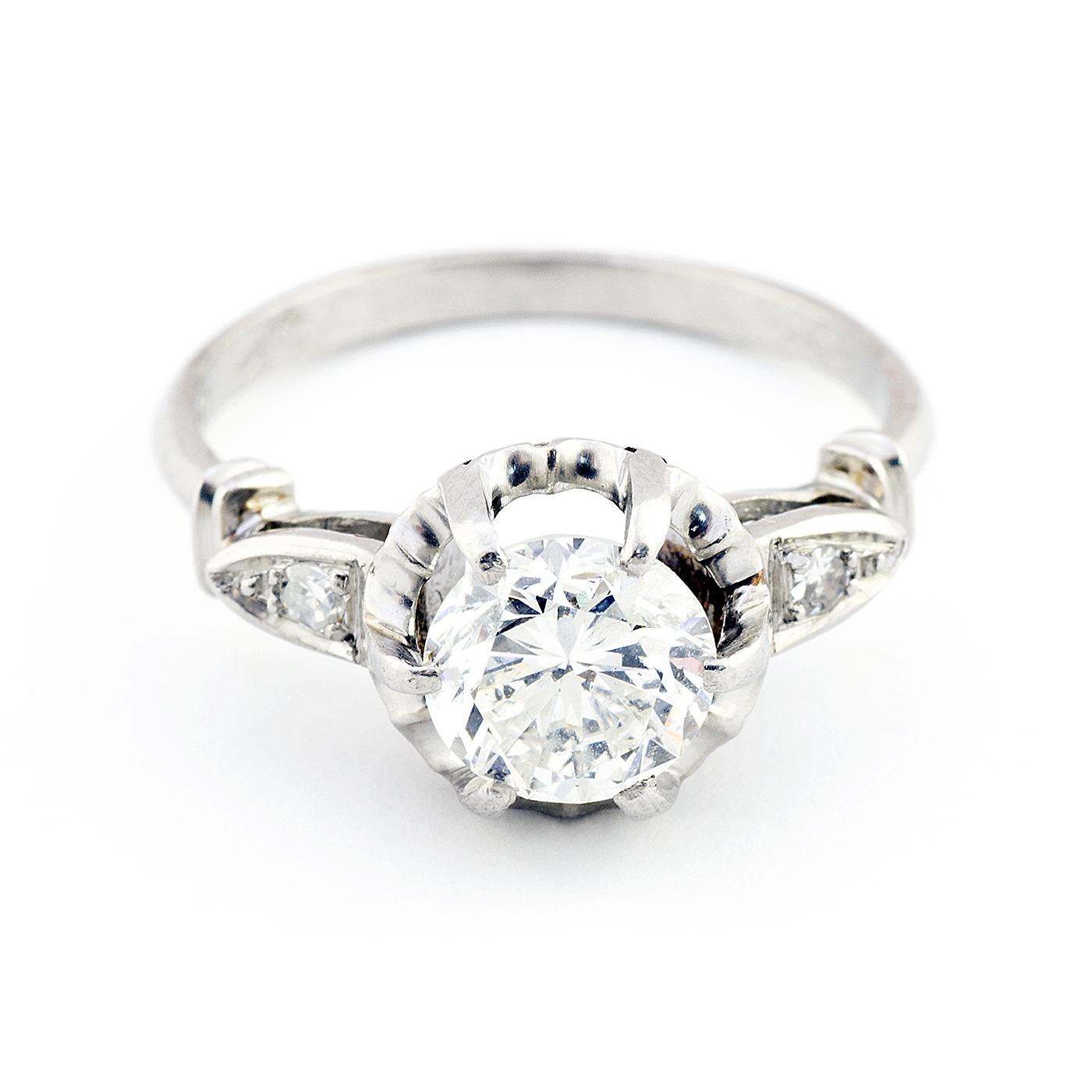 Anillo de Oro Blanco con Diamante Natural Central de 1,47 ct. (J-SI2-SI3) talla Brillante y Dos Diamantes en los hombros
