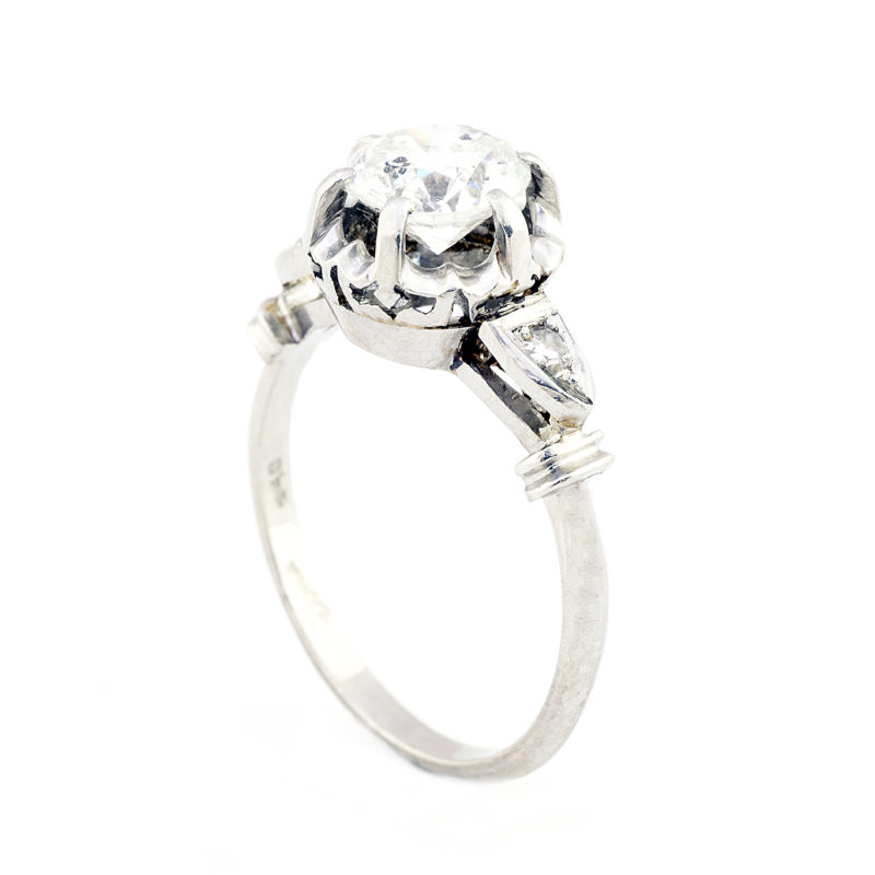 Anillo de Oro Blanco con Diamante Natural Central de 1,47 ct. (J-SI2-SI3) talla Brillante y Dos Diamantes en los hombros