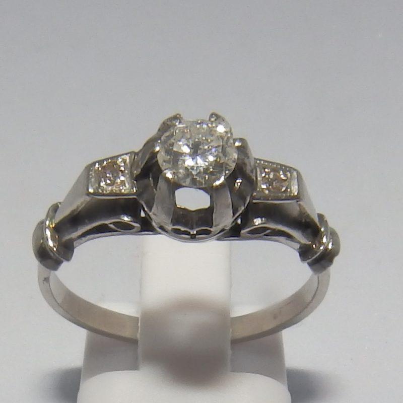 Anillo en Oro Blanco con Tres Diamantes Naturales, talla Brillante, Central de 0,35 ct. (G-VS1) y laterales de 0,08 ct. (G-VS1)