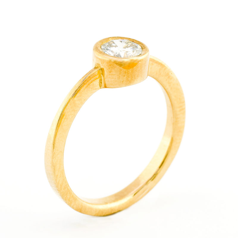 Anillo en Oro de 18k. con Diamante natural talla Brillante de 0,67 ct. (J/I1). Certificado IGE.