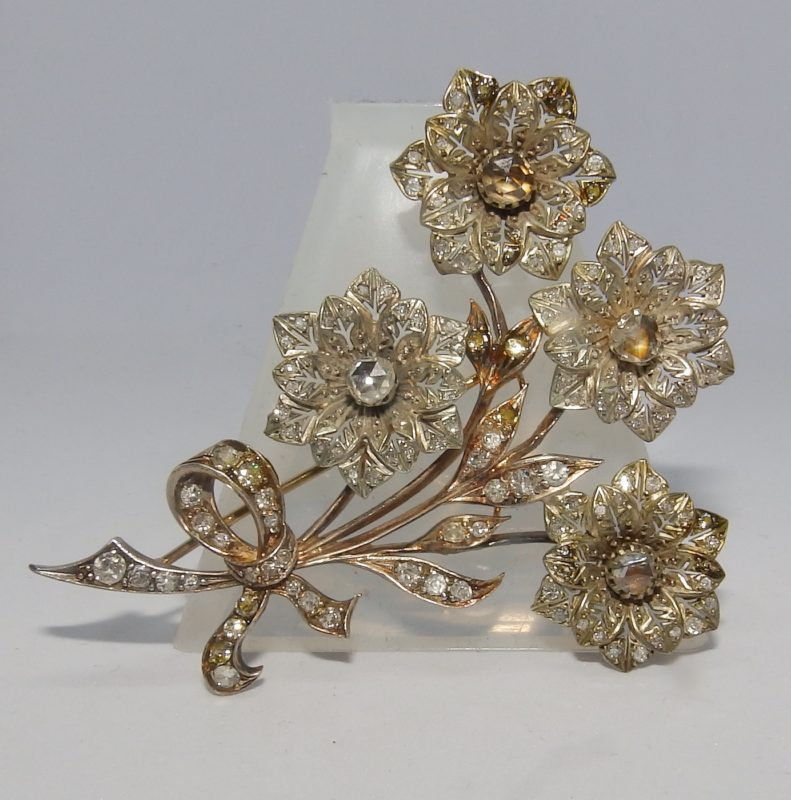 Broche Antiguo, 19th., en Oro y Plata, con 133 Diamantes Naturales, Talla Brillante y otras, con 2,62 ct. Color, H-K. Claridad, VS-SI. Certificado IGE