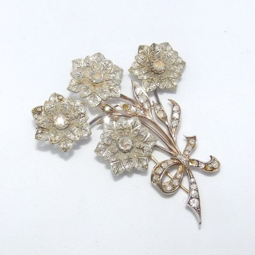 Broche Antiguo, 19th., en Oro y Plata, con 133 Diamantes Naturales, Talla Brillante y otras, con 2,62 ct. Color, H-K. Claridad, VS-SI. Certificado IGE