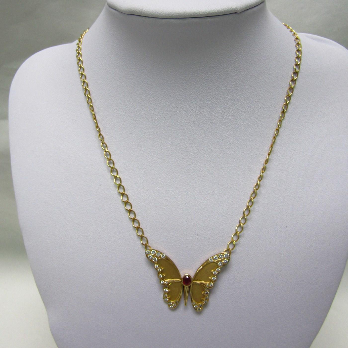 Cadena con colgante integrado, en Oro de 18k. en forma de Mariposa, con Rubí central de 0,60 ct. y 38 Diamantes talla Brillante de 1,10 ct. (I-J/SI1). 13,60 gr.