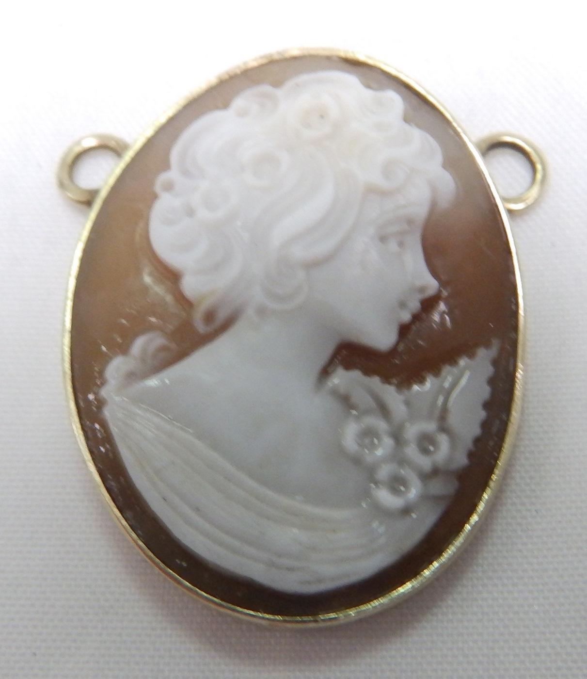 Camafeo montado en colgante oval en Oro.