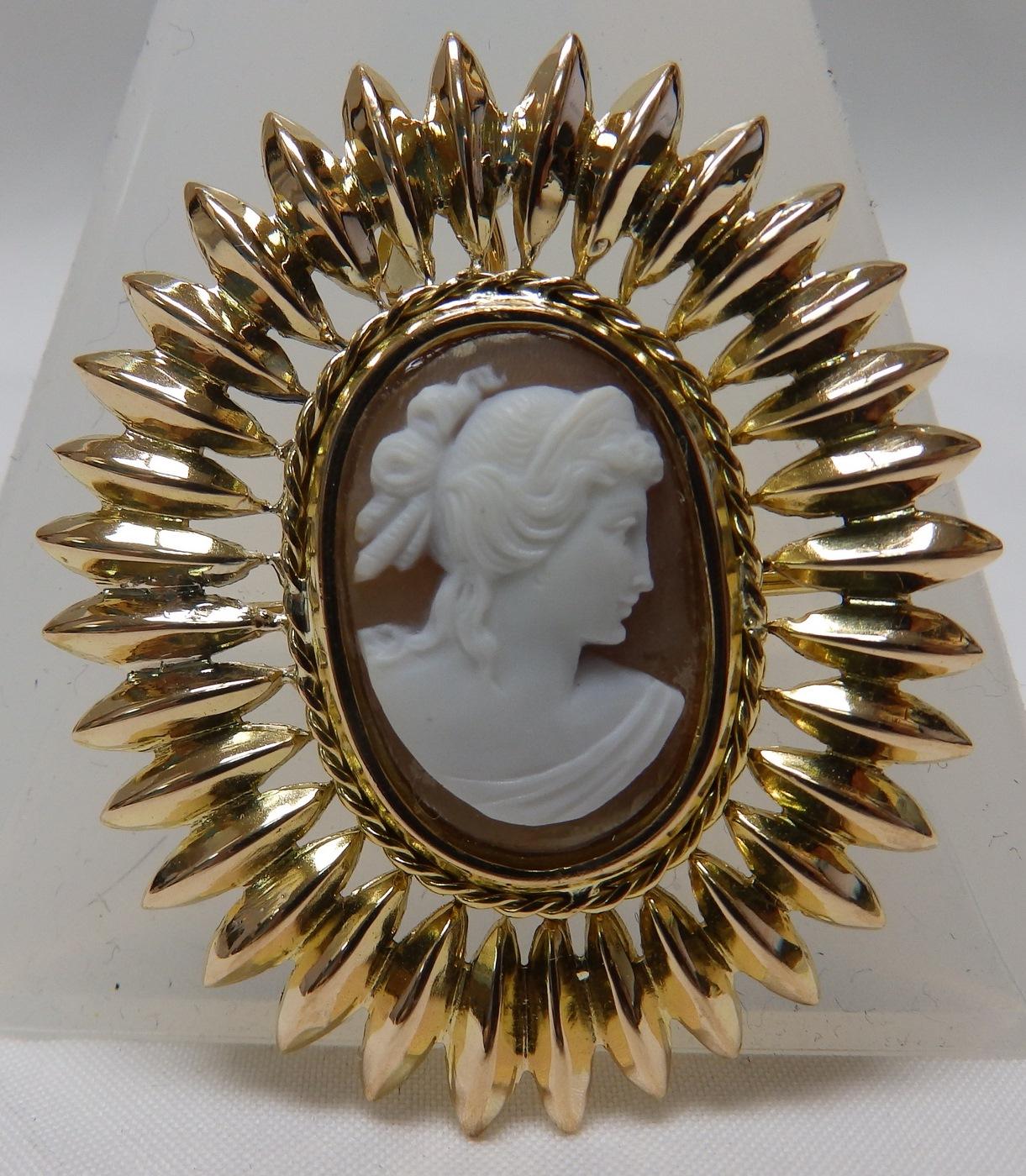 Camafeo para Broche o Colgante, en Oro de 18k, tallado en Concha.