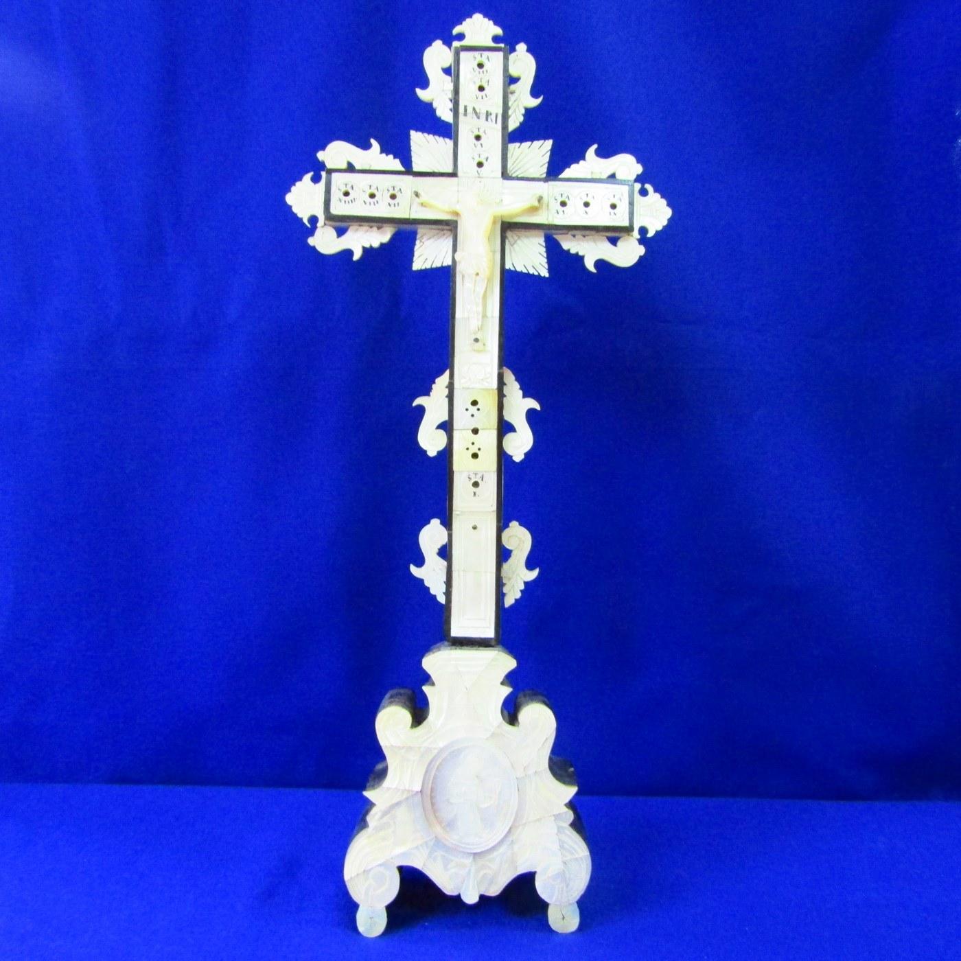 Cruz de Jerusalén de sobremesa en madera y Nácar. Siglo XIX.