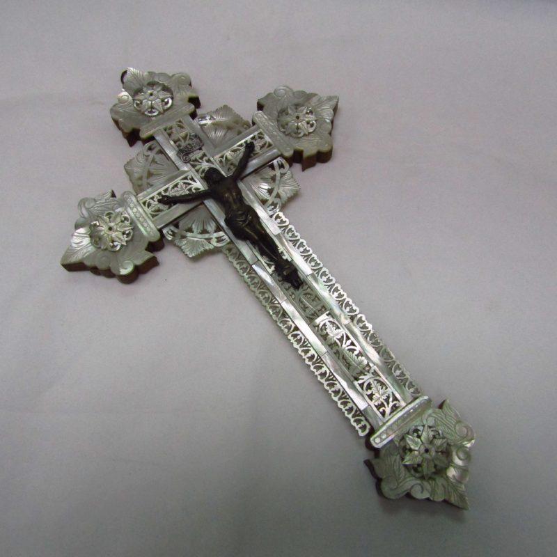 Cruz de Jerusalén en madera y Nácar con crucificado en bronce. Siglo XIX.