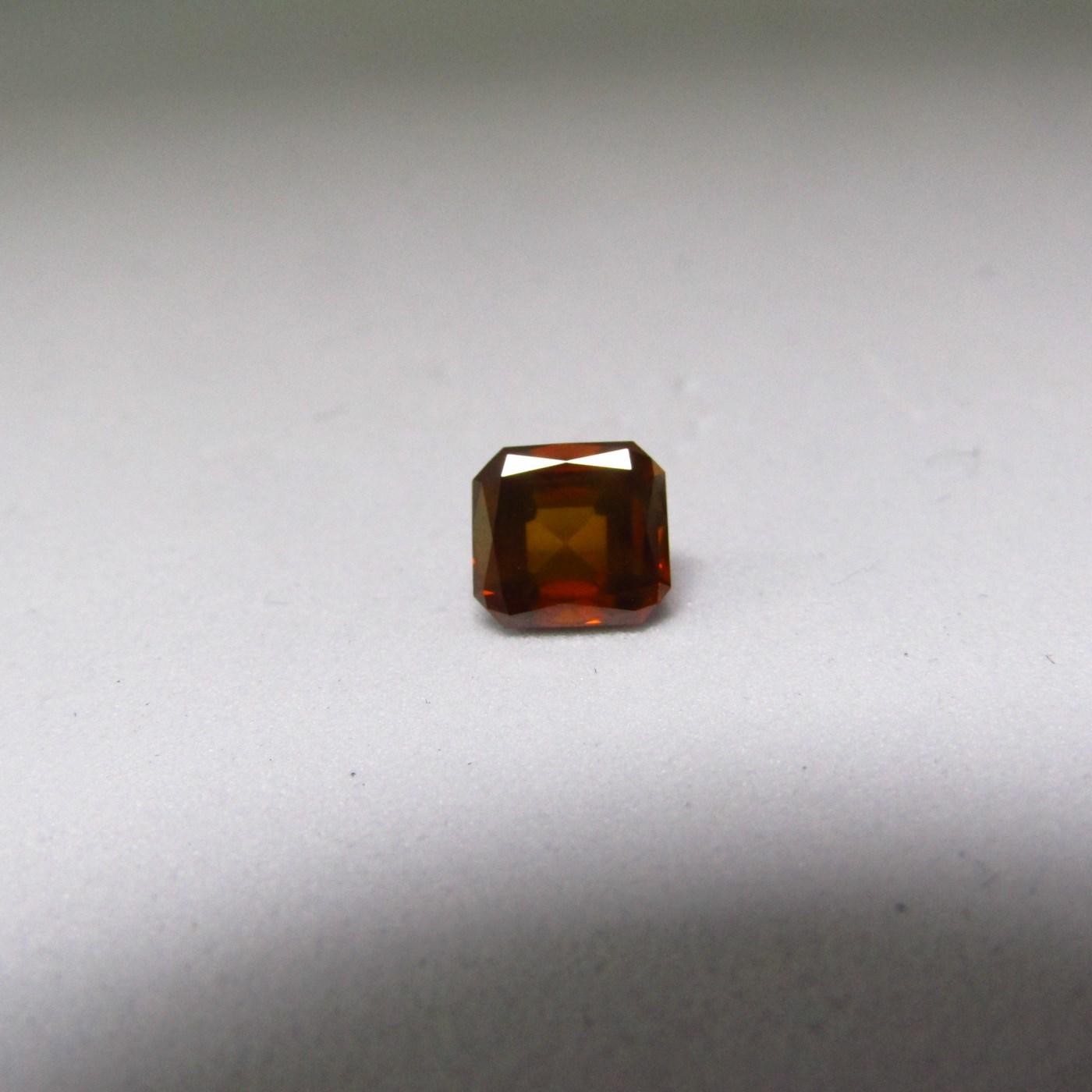 Diamante Natural de 0,96 ct. Talla: Cuadrada/Esmeralda Modificada. Color: Brownish Orange. Pureza: SI2. Tratado. Certificado IGE.