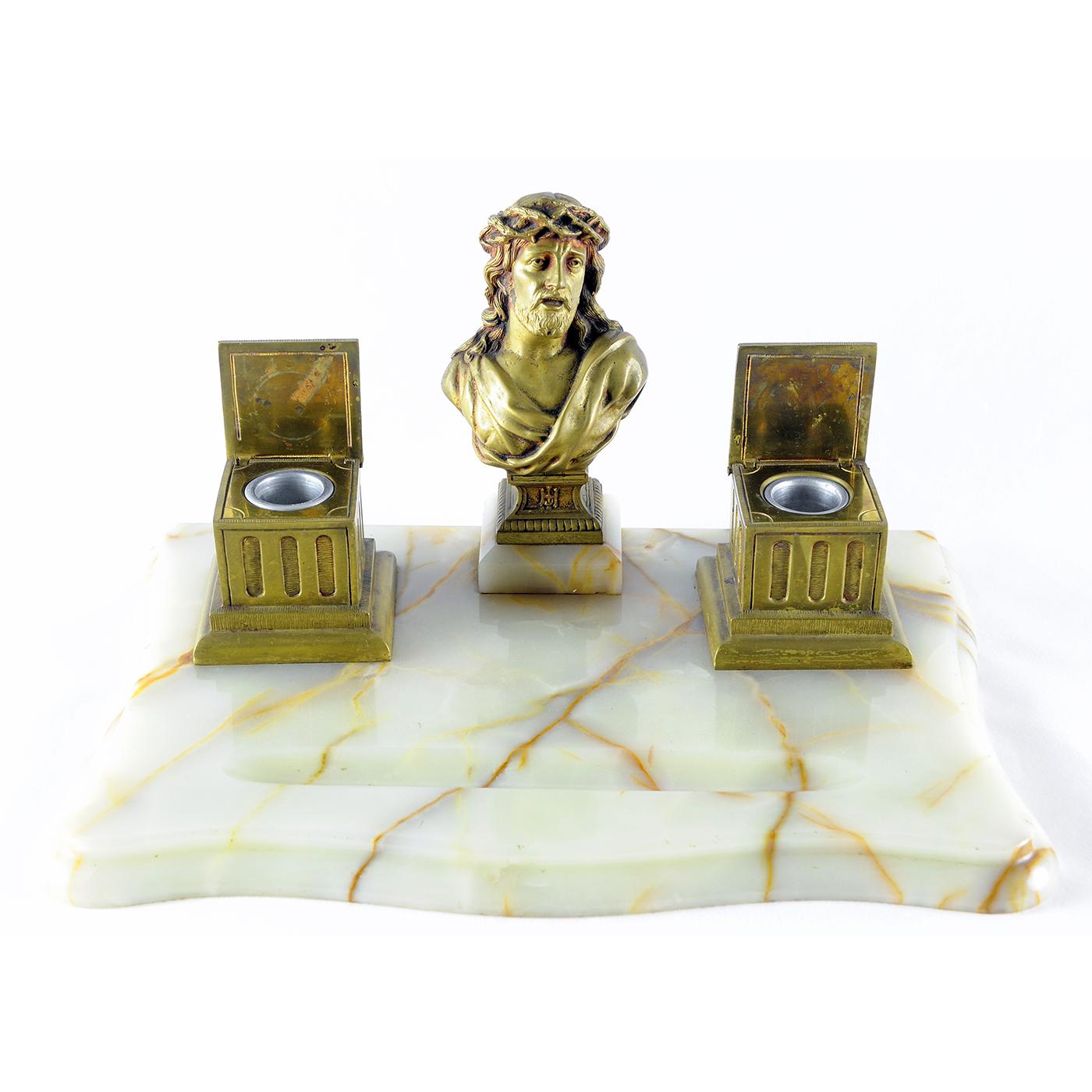 Escribanía en mármol con Cristo y tinteros en Bronce. Pps. siglo XX.