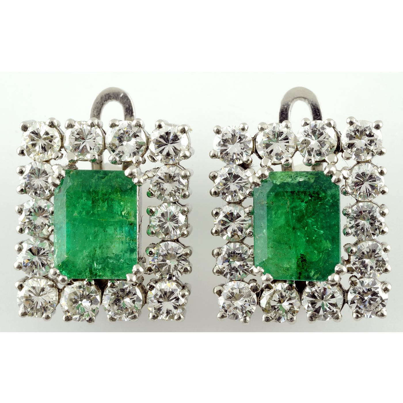 Pendientes de Oro Blanco con Esmeraldas Colombianas de 2,47 cts. y 2,32 cts. y 28 Diamantes talla Brillante de 3,64 ct. (Certificado IGE)