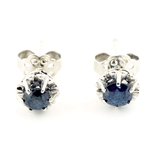 Pendientes tipo dormilona en Oro Blanco de 18k con dos Diamantes naturales talla brillante, de 0,86 ct. Color: Fancy Blue. Claridad: SI2. 2,45 gr.