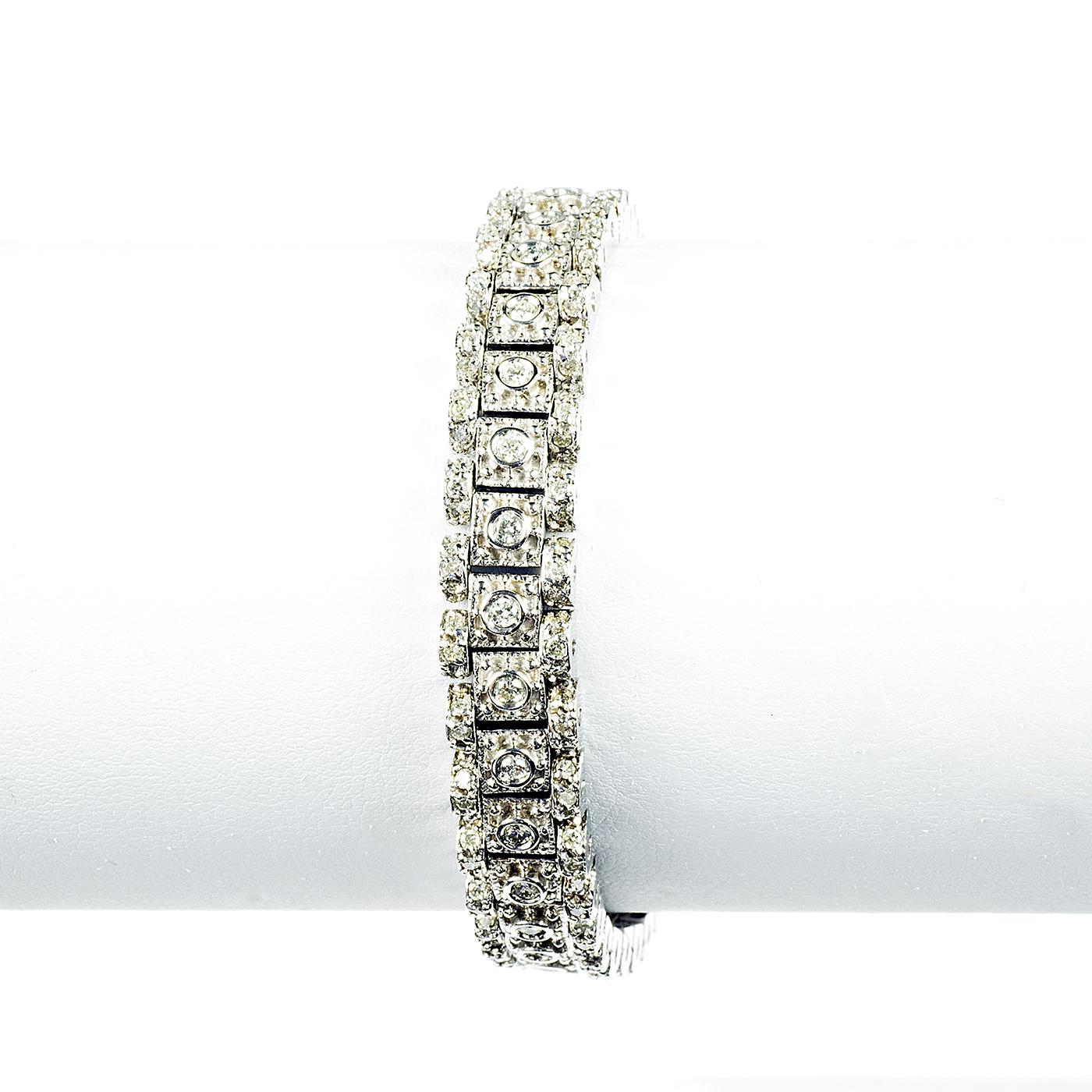 Pulsera en Oro Blanco, articulada, con 99 Diamantes Naturales talla Brillante de 3,99 ct. (I-L/SI1). 36,44 gr.