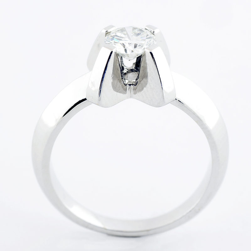 Solitario en Oro Blanco de 18k. con Diamante talla Brillante de 0,60 ct. Color, H. Claridad, SI1-2. 17,25 mm.
