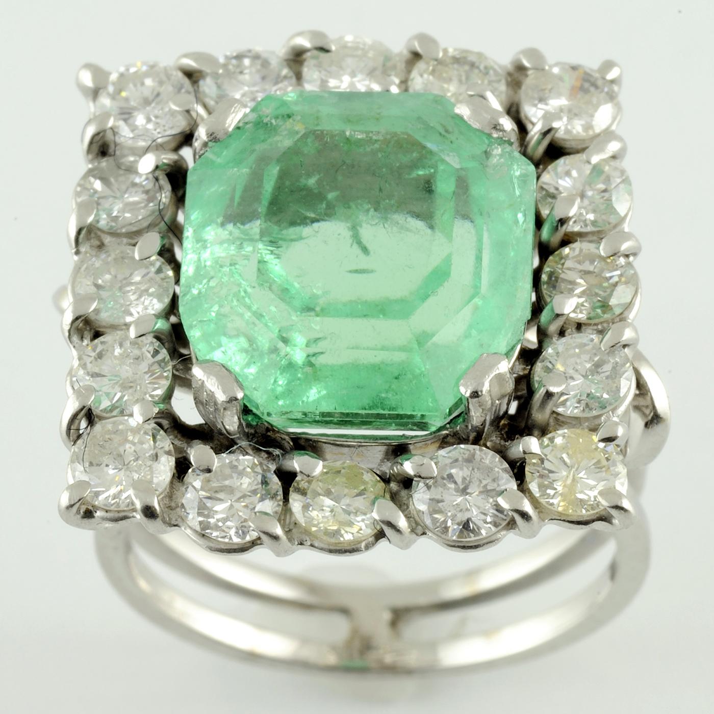 Sortija de Oro blanco con Esmeralda Colombiana de 9,17 cts. y orla de 16 diamantes talla brillante 2,08 cts. 8,41 gr. (Certificado IGE)