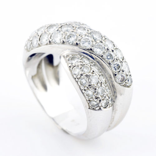 Sortija en Oro Blanco con 59 Diamantes talla Brillante de 2,95 ct. Color, H-I. Pureza, VS1-VS2.