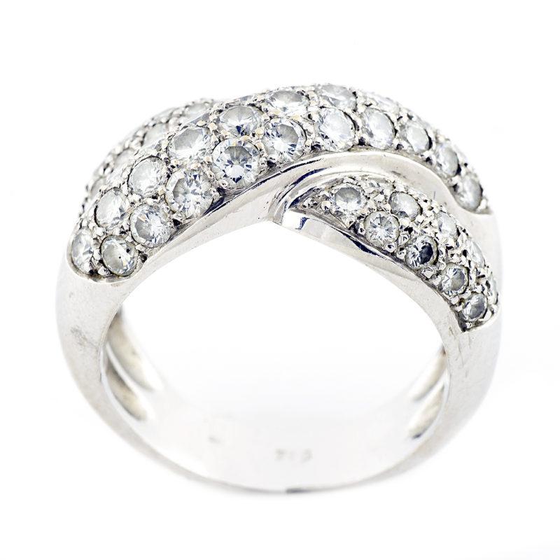 Sortija en Oro Blanco con 59 Diamantes talla Brillante de 2,95 ct. Color, H-I. Pureza, VS1-VS2.