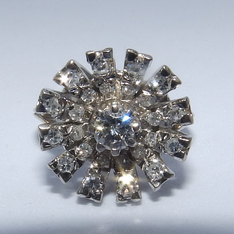 Sortija en Oro Blanco con Diamante Central, talla Brillante de 0,23 ct. (G-H/SI1) y 24 Diamantes Naturales, de 0,51 ct. (G-H/VS-SI). Certificado IGE.