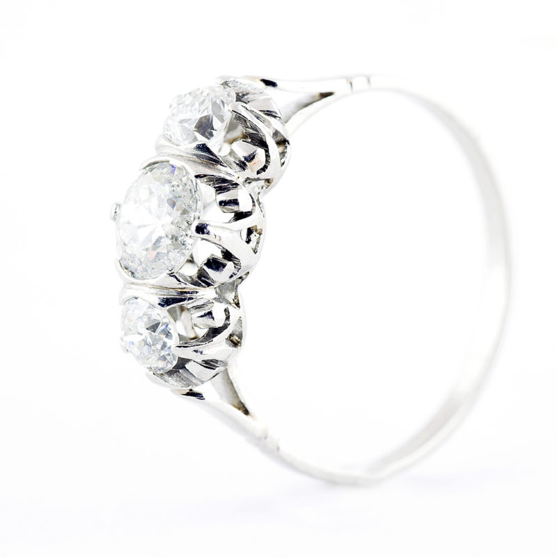 Sortija en Oro Blanco de 18k. con Diamante Natural Central, talla Antigua Europea de 0,61 ct. (H/P1) y dos de 0,36 ct. (H/S1). Certificado IGE.
