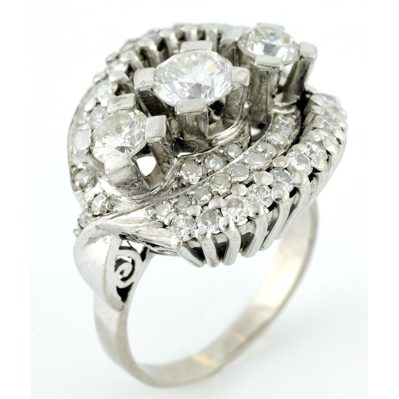Sortija en Oro de 18k . 3 Diamantes talla Brillante, de 0,96 ct (G-SI1), 0,46 ct. (J-K/SI1), 0,40 (J-K/SI1) y 52 Diamantes con 1,10 ct. (J-K/SI1)