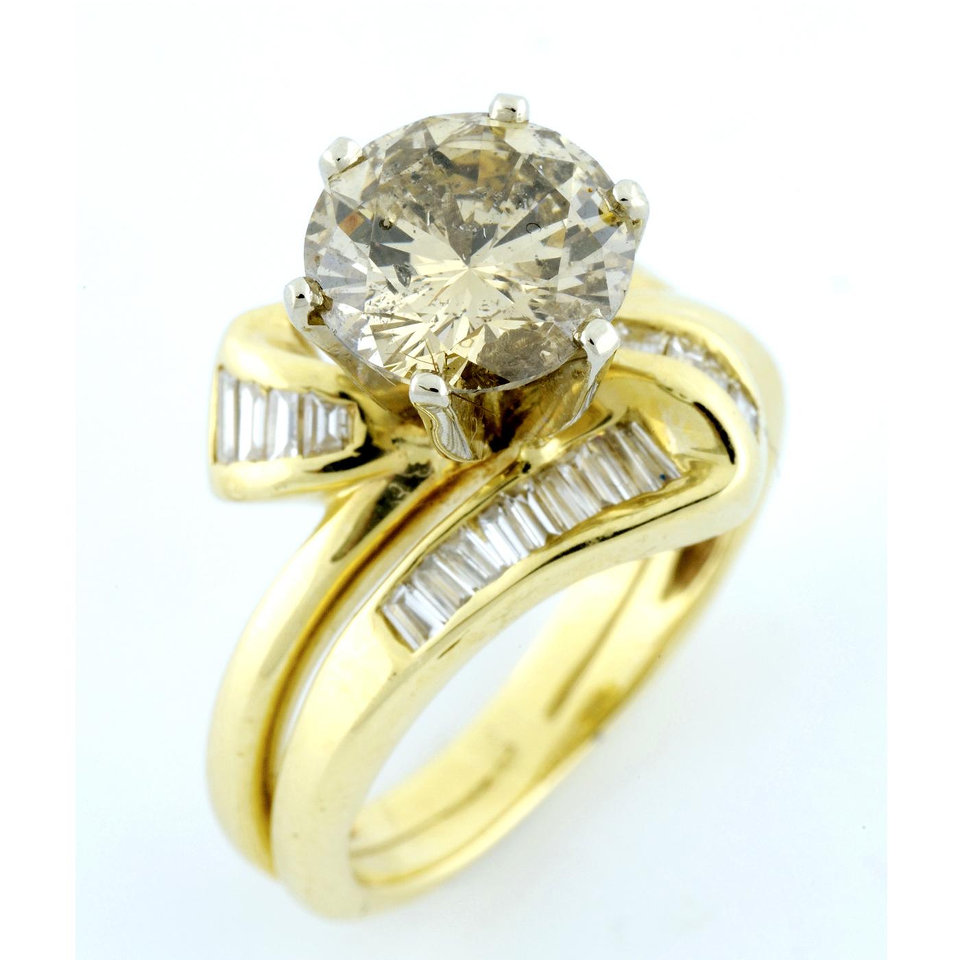 Sortija en Oro de 18k, con Diamante Central Talla Brillante de 2,62 ct. y 24 Diamantes talla Baguette de 1 ct.