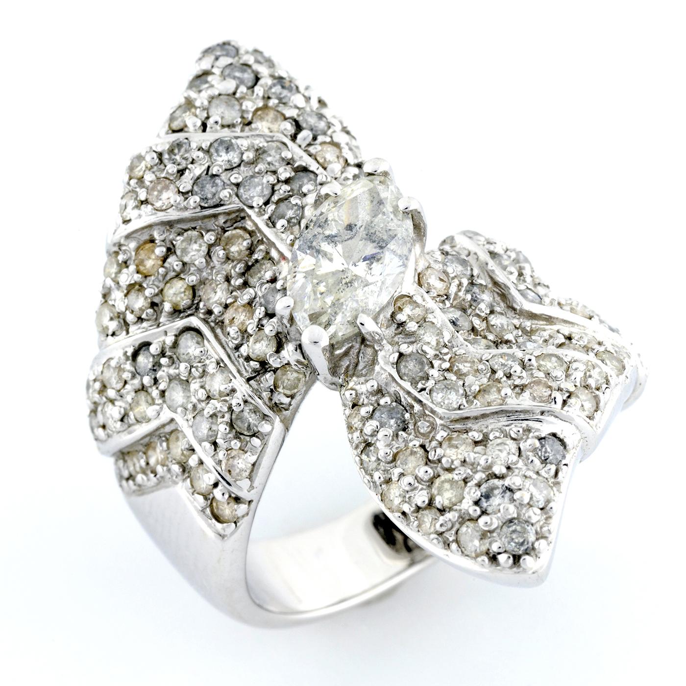 Sortija en Oro de 18k con Diamante Central Talla Marquise de 1,00 ct. (I-SI2) y 111 Diamantes Talla Brillante de 1,50 ct. aprox. (I/SI2)