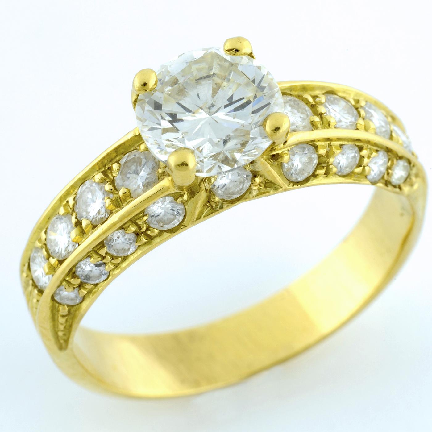 Sortija en Oro de 18k. con Diamante Talla Brillante de 1.26 ct. L-P1 (Certificado IGE) y 26 Brillantes de 0,9 ct. aprox.