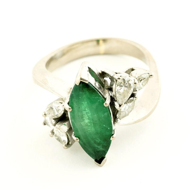 Sortija en Oro de 18k con Esmeralda Natural 1.85 ct. talla Marquesa (bG/AA) y 6 Diamantes de 0,54 ct. total (J-K/VS-SI). Certificado IGE.