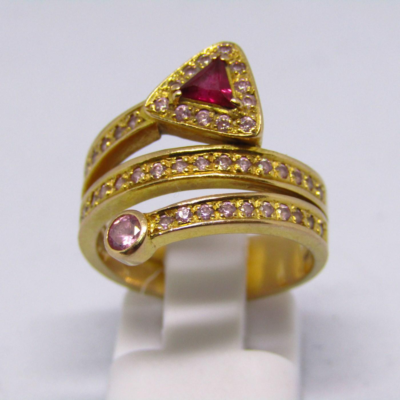 Sortija en oro rosa de 18k en forma de espiral, con piedras de color. 6,90 gr.