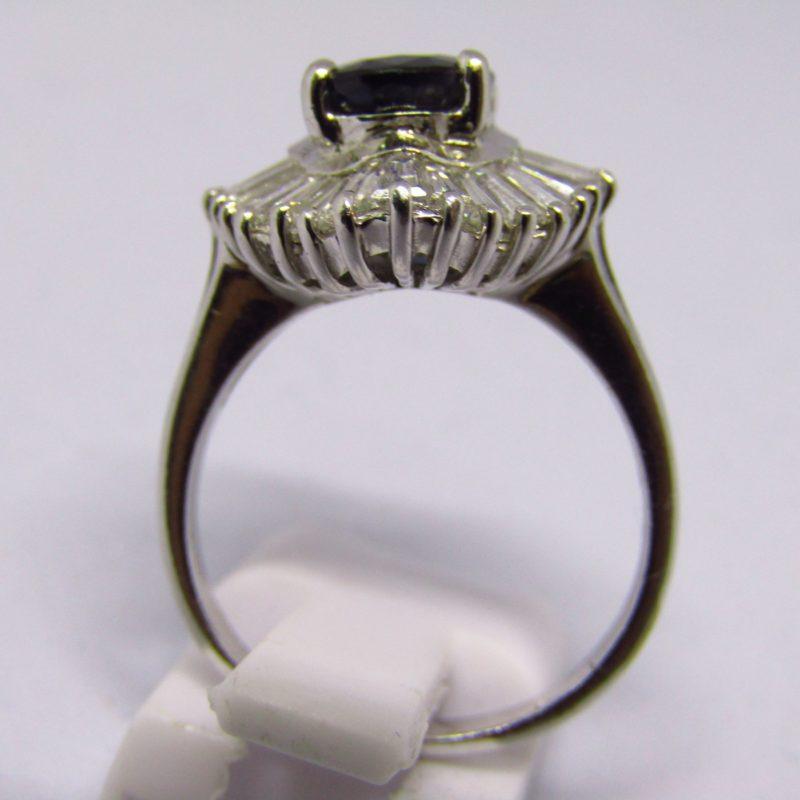 Sortija tipo Bailarina, en Oro blanco, con Zafiro talla Oval de 2,10 ct. Y 30 Diamantes Talla Trapecio de 2 ct.
