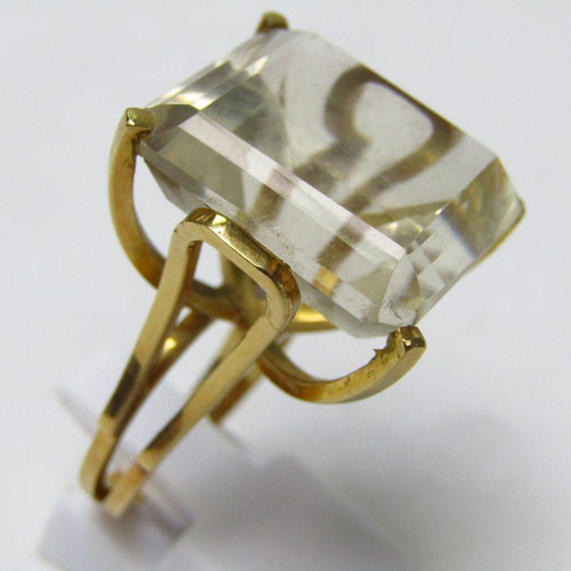 Sortijas en Oro de 18k, con Topacio central talla rectangular.