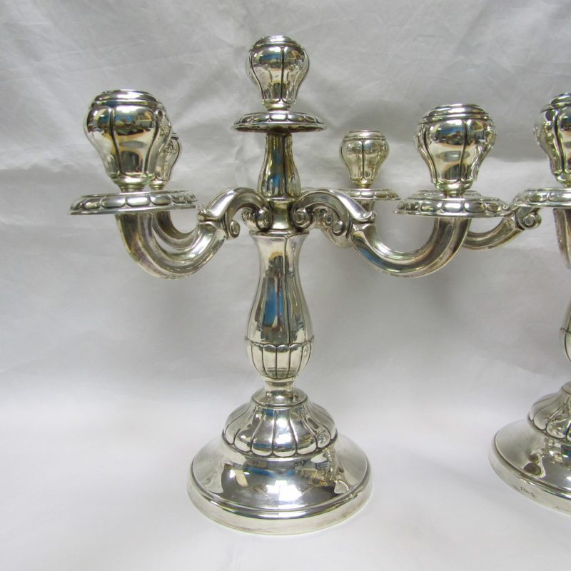 ALDAO. Pareja de candelabros de cinco luces en plata. España, siglo XX.