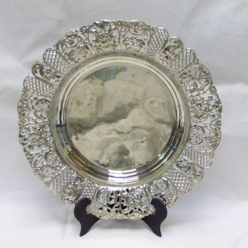 Bandeja circular con alero calado en plata. España, siglo XX.