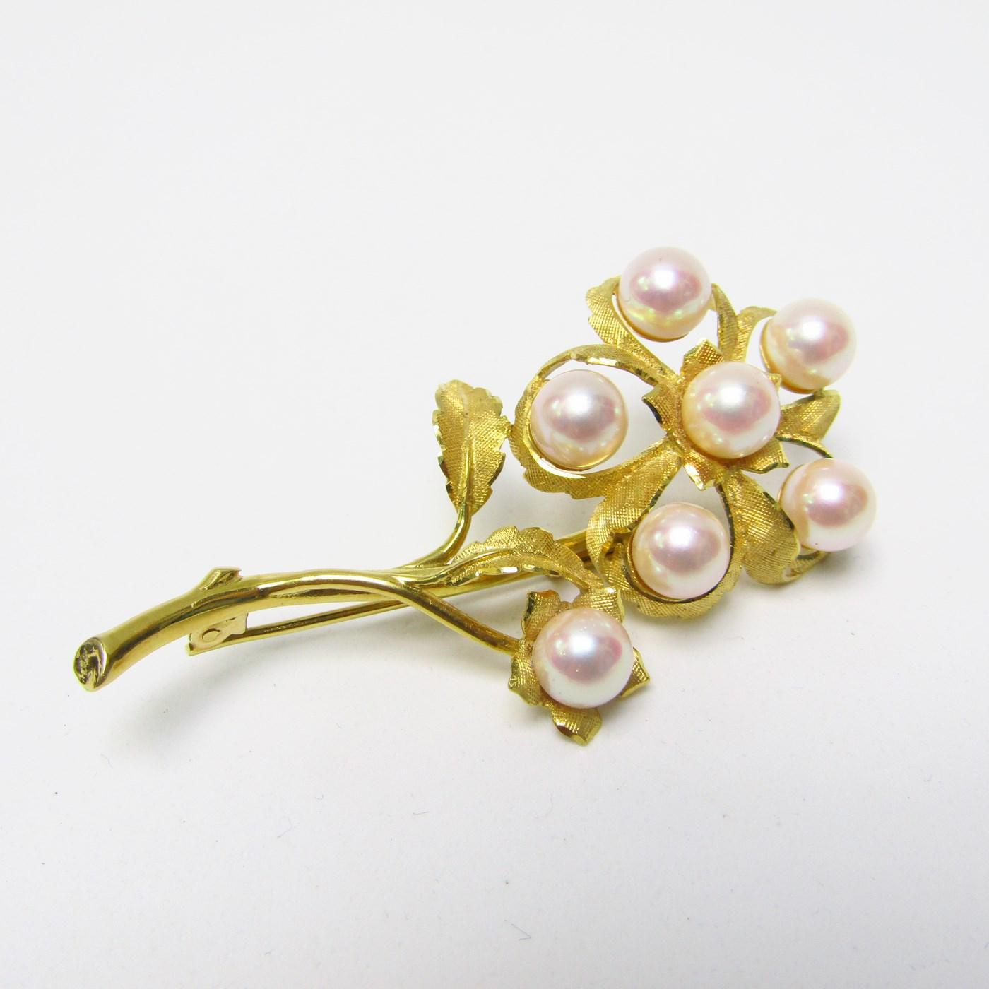 Broche Artesanal en Oro de 18k matizado con siete perlas cultivadas japonesas. 13,55 gr.