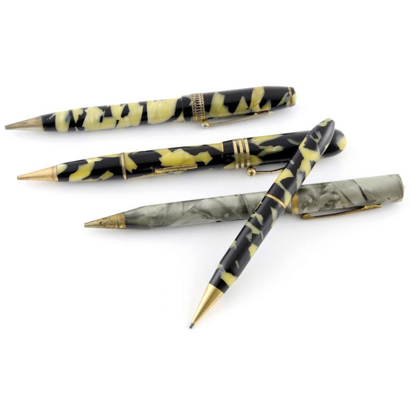 Conjunto de escritura antiguo compuesto por 16 piezas, entre ellas, plumas, bolígrafos, lapiceros y portalápices de marcas como: DIAMOND P, WALTHAM, THE IMPERIAL, MORGAN, PARKER, SHEAFFER, etc.