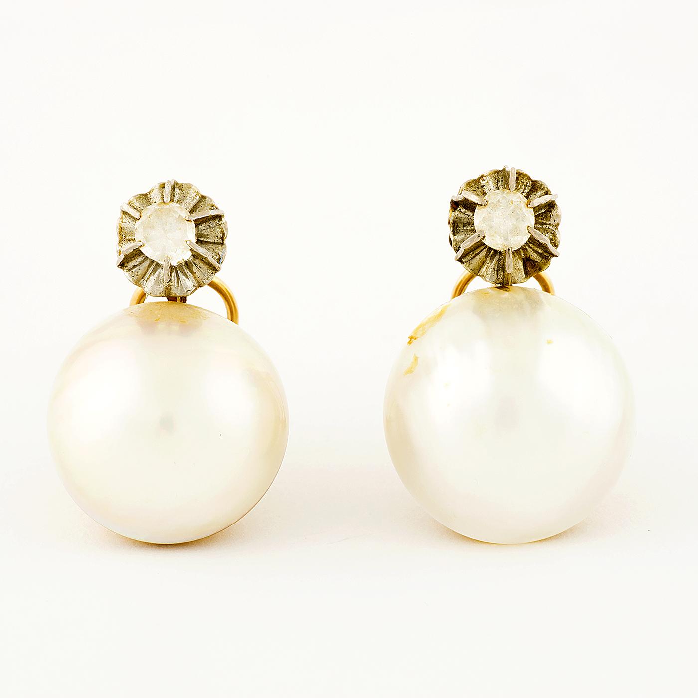 Juego de Pendientes en Oro de 18k con medias perlas Acoya y Strass. 11,75 gr.