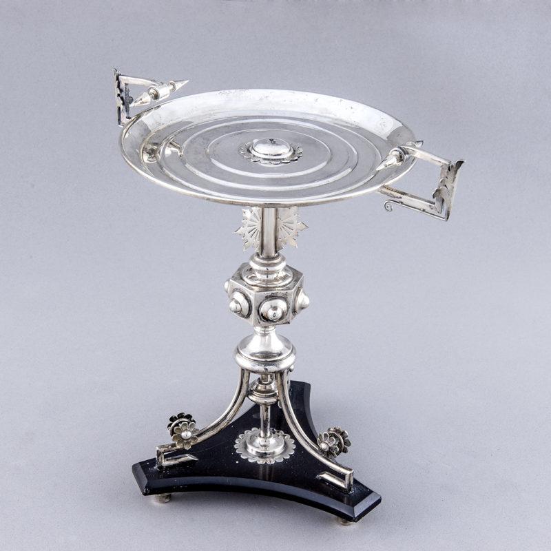 Guarnición con pareja de candelabros y centro alfonsino en plata. España, 19th. 1900 gr.