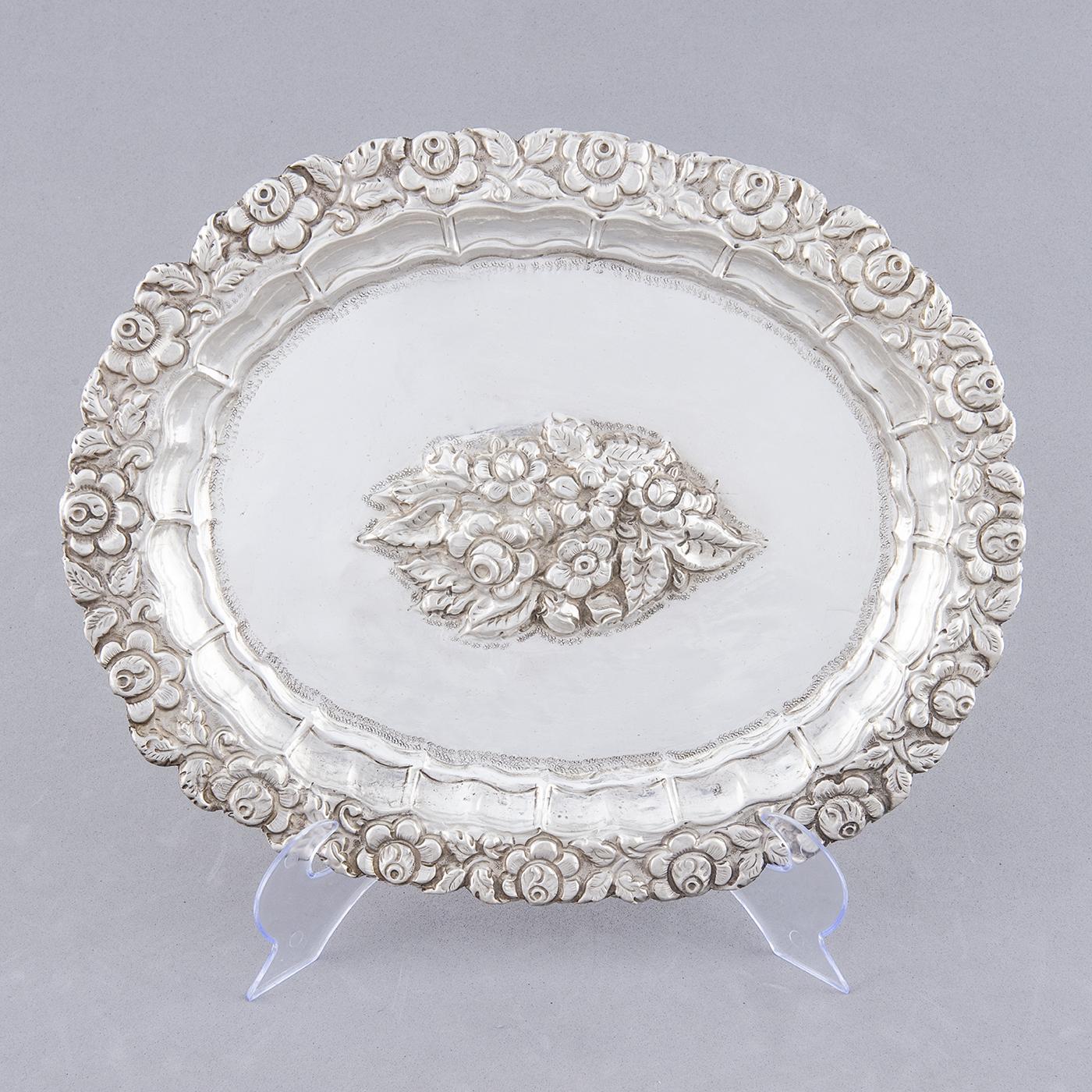 Bandeja Decorativa Oval en plata. España, siglo XIX.