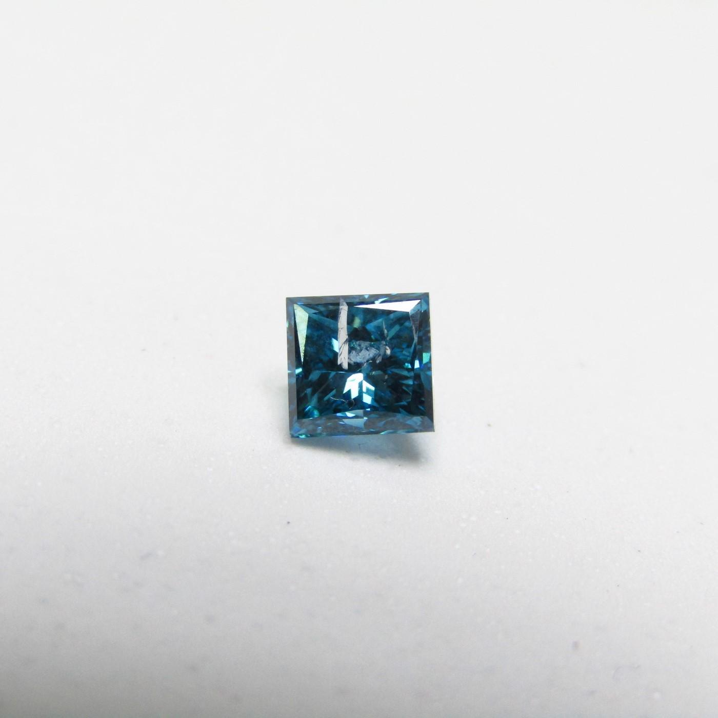 Diamante Natural de 0,87 ct. Talla: Princesa. Color: Fancy dark greenish blue. Pureza: P2. Tratado. Certificado IGE.