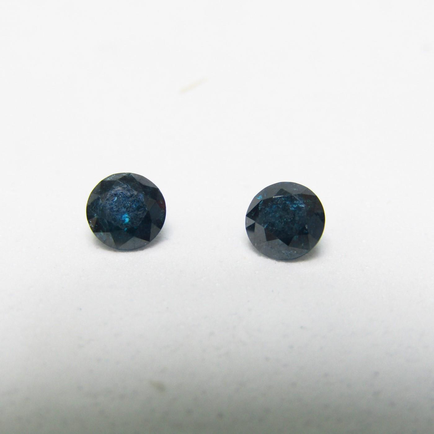 Conjunto de Dos Diamantes Naturales de 0,48 ct y 0,46 ct. Total: 0,94 ct. Talla. Brillante. Color: Blue. Pureza: N/A. Sin datos de tratamiento.