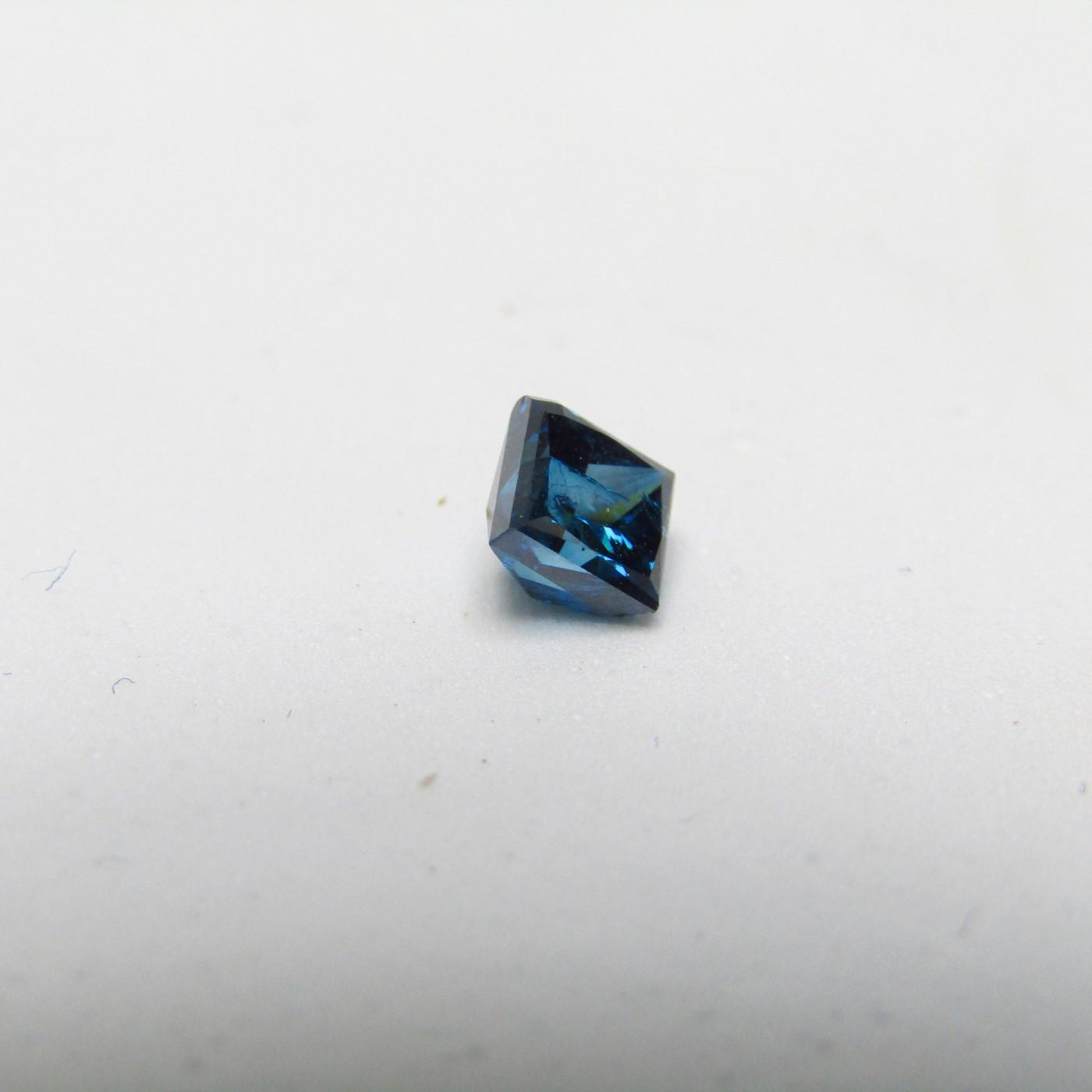 Diamante Natural de 0,71 ct. Talla: Princesa. Color: Blue. Pureza: SI. Sin datos de tratamiento.