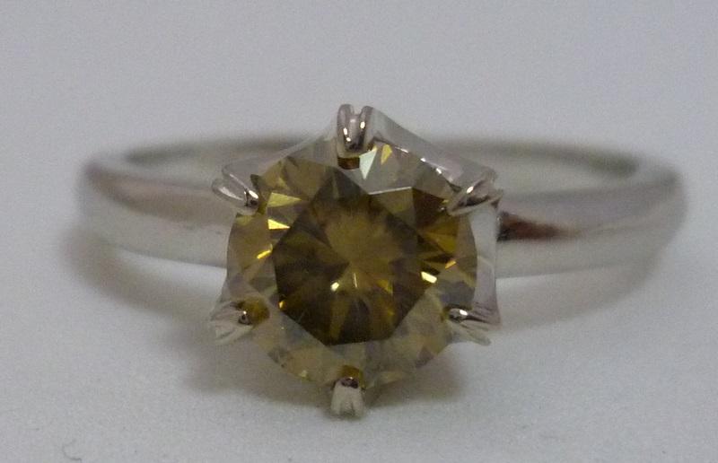 Solitario de oro blanco con Moissanita de color amarillo.